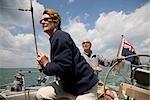 Couple d'âge mûr sailing yacht