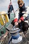 Femme hisser les voiles sur l'yacht