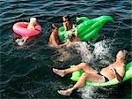 Famille jouant dans l'eau