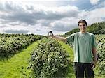 Mann mit Schwarze Johannisbeere Marmelade im Feld