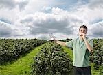 Mann mit Schwarze Johannisbeere Sandwich im Feld