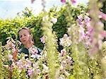 Femelle jardin ouvrier inspecter les plantes