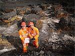 Travailleurs avec presse-papiers dans la Mine de charbon