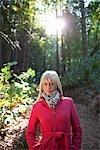 Femme debout dans la forêt de séquoias près de Santa Cruz, Californie, USA