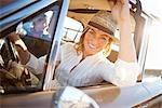 Femme conduire une voiture Vintage, Santa Cruz, Californie, USA