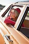 Femme se pencher par la fenêtre d'une voiture Vintage, Santa Cruz, Californie, USA