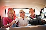 Groupe d'amis dans le siège arrière d'une voiture Vintage, Santa Cruz, Californie, USA