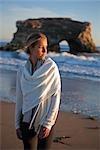 Portrait de femme sur la plage, Santa Cruz, Californie, USA