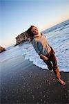 Femme en cours d'exécution sur la plage, Santa Cruz, Californie, USA