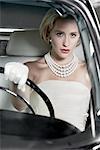 Portrait de femme glamour, conduire une 1964 Chevrolet Imperial LeBaron