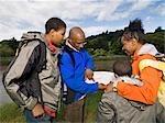 famille en regardant la carte de la randonnée