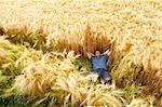 Homme portant dans un champ de blé
