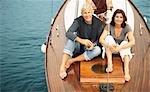 Middle couple âgé buvant sur bateau