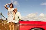 Altes Paar mit Sportwagen, beobachten