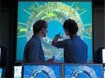 Scientifiques de réacteur de fusion avec écrans