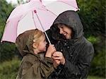 Filles blotti sous un parapluie