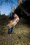 Jeune fille debout sur une balançoire arbre