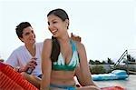 Lotion de protection solaire application adolescent (16-17) au dos de la jeune fille