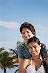Teenage couple (16-17) sur la plage, portrait