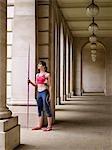 Athlète féminine tenant du lancer du javelot, debout dans le portique, portrait