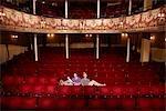 Junge Frauen sitzen im Theater-Stände