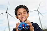 Junge (7-9) Betrieb Ferngläser bei wind Farm, Porträt