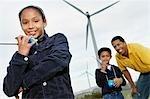 Vater und Kinder (7-9) spielen mit Funkgerät am Windpark