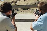Hommes visant des fusils au polygone de tir
