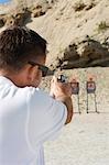 Arme de poing visée au polygone de tir de l'homme