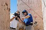 Instructeur en aidant l'homme visée mitrailleuse à tir