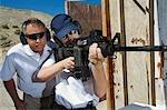Instructeur assistant femme visant la mitrailleuse à tir