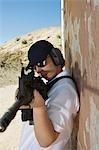 Femme visant la mitrailleuse à tir