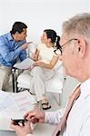 Homme d'affaires aider un Couple en colère