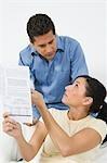 Couple regardant formulaire d'impôt