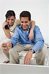 Couple passant commande sur téléphone portable
