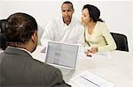 Couple travaillant avec comptable