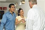 Homme d'affaires secouant les mains avec Couple
