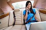 Jeune femme parlait au téléphone en voiture