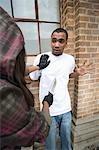 Jeune femme qui coupe homme avec couteau