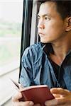 Livre de lecture de l'homme sur le Train