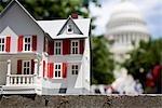 Détail d'une maison modèle blanc devant l'United States Capitol Building, Washington DC, USA