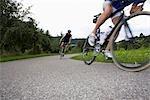 Deux hommes du vélo sur une route