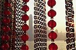Un rideau de décorations du nouvel an chinois encadrent une vue sur Victoria Harbour de Tsim Sha Tsui, Hong Kong.