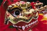 Chine, Hong Kong, Lantau. Spectacle de danse costume fleuri et coloré pour un Lion de nouvel an chinois sur l'île de Lantau, Hong Kong