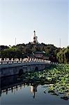 China, Peking, Beihai-Park. Baitai weiße Dagoba auf Jade Inselchen, die ursprünglich im Jahre 1651 für einen Besuch des Dalai Lama.