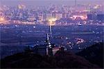 China, Peking. Ein Stupa der tibetischen Stil auf dem Gelände Yuquan Berg mit Blick auf die Stadt.