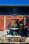 China, Peking, Donyue Tempel. Ein Geschäftsmann Besuch der Daoistische Tempels Weihrauch zu verbrennen.