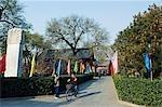 China, Peking, Baoguo-Tempel. Ein Radfahrer in den Tempelanlagen.