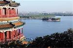 China, Peking. Sommerpalast - Unesco Weltkulturerbe. Eine Pagode mit Blick auf Lake Kunming und die Stadt.