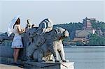 China, Peking. Sommerpalast - Unesco Weltkulturerbe. Ein junges Mädchen auf die 17 Bogenbrücke.